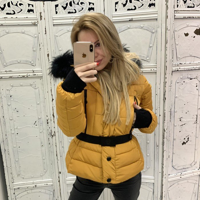 Зимно жълто дамско яке с качулка и естесвен черен пух-3916