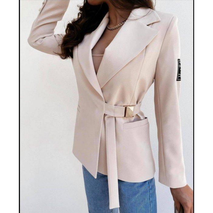 Дамско елегантно сако в бежов цвят и ефектно закопчаване-467