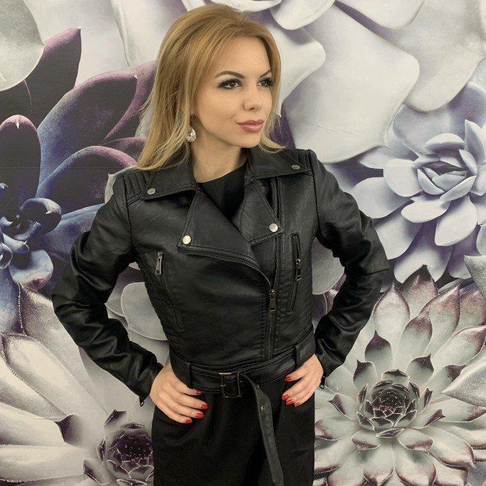 Модерно кожено дамско яке в черен цвят с елегантен колан -732